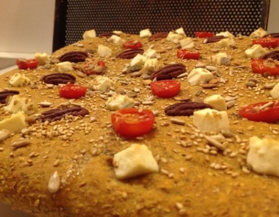 Foccacia met feta, gedroogde tomaten en noten